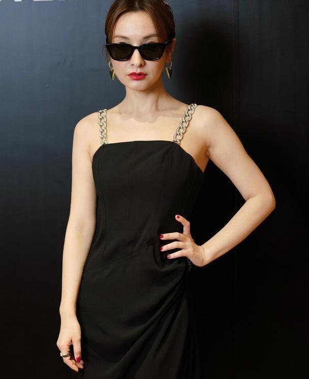 37岁吴昕愈发自信,穿黑色长裙配金属肩带,红唇墨镜酷劲十足