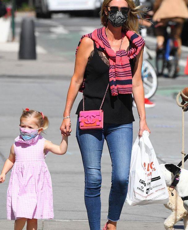妮基·希尔顿穿蕾丝边上衣搭瘦腿牛仔裤太飒了,女儿穿粉裙好可爱