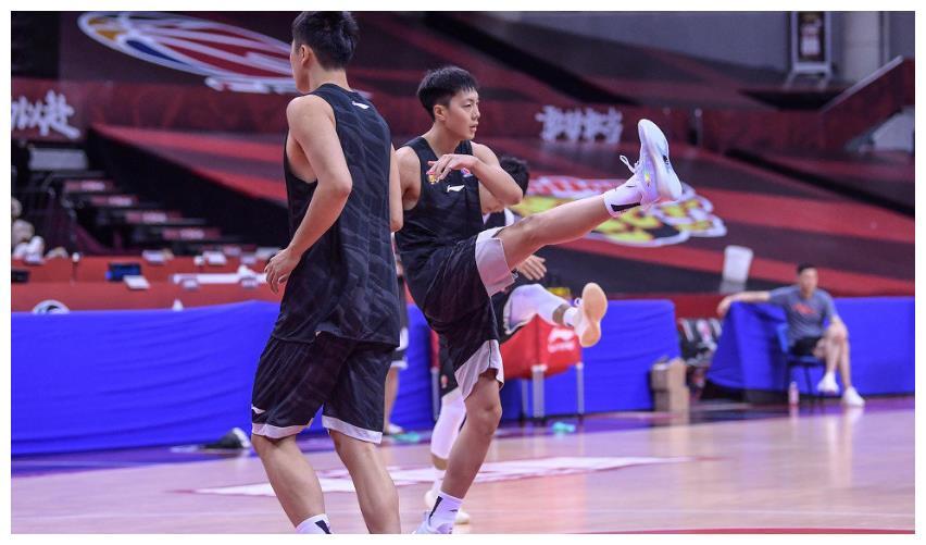 易建联无法出战,广东男篮训练气氛稍显压抑,杜锋场边表情凝重