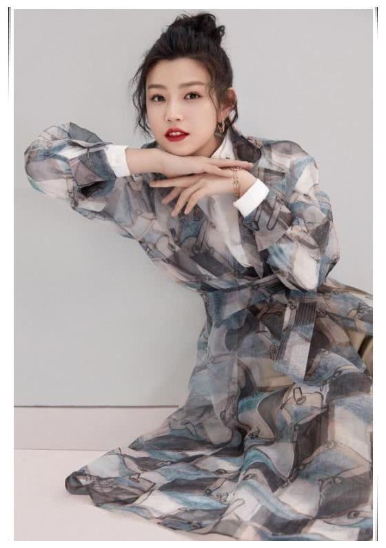 陈妍希穿水墨画纱裙,看起来十分的素雅文静,仙气十足