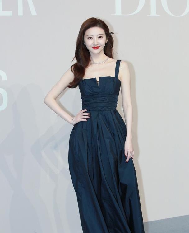 景甜身材高衣品也高级,抹胸束腰深色长裙,纤细腰肢让人羡慕