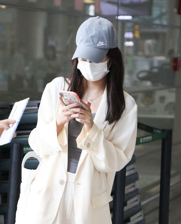 张子萱仗着自己身材好,穿宽松的白色西装现身,看着一点轮廓没有