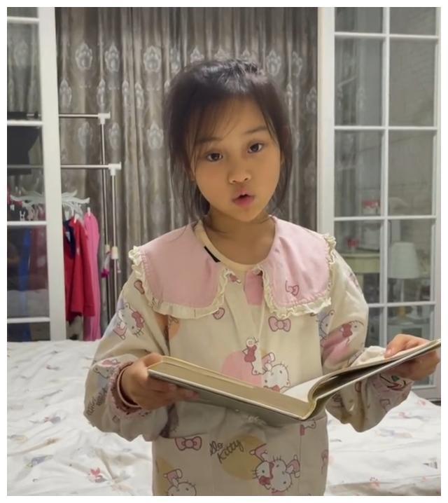 李小璐晒8岁女儿,甜馨黑眼圈重,卧室朴素窗帘显脏连衣柜都没