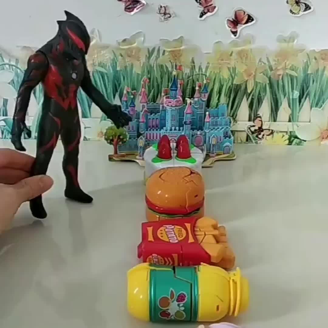 小猪佩奇乔治买了玩具,贝利亚来找佩奇乔治,巨人来帮忙