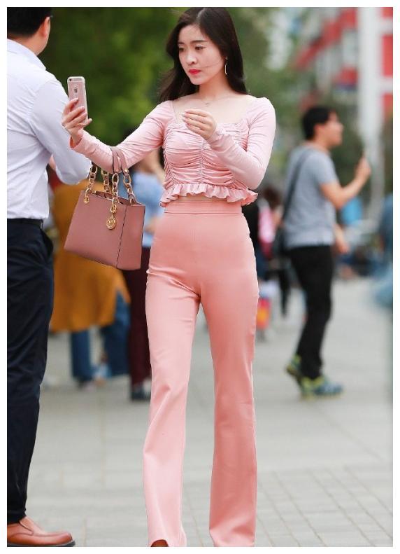 粉色微喇叭裤,凸显女性腿部的线条感,走起路来飘逸感十足