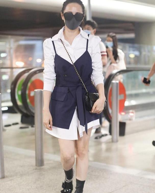 """52岁伊能静真""""作妖"""",吊带裙叠穿白衬衫,尖头靴意外洋气减龄"""