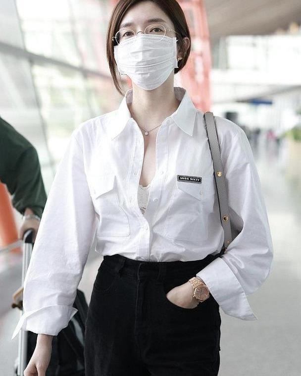 """江疏影又现""""黑白""""高级搭配,故意解开衬衫纽扣,秀出内衣更时髦"""