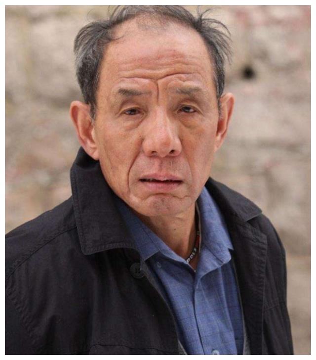 他是国家一级演员,拍戏38年比富大龙还穷,如今82岁活成这样!