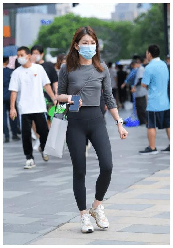 青色长袖圆领T恤,搭配黑色修身瑜伽裤,尽显出青春靓丽的美感