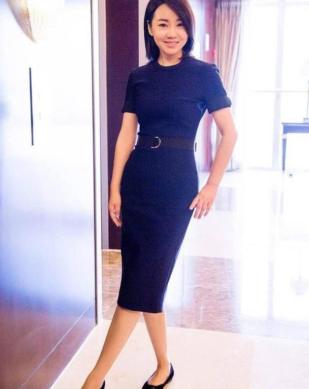 49岁闫妮状态真好,穿紧身裙勒不出一丝赘肉,气质更是优雅出色