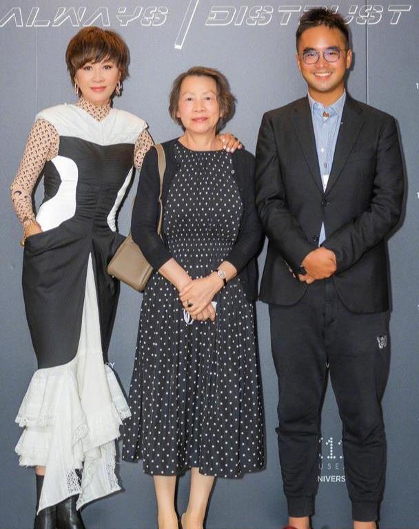 刘嘉玲携母亲露面,鱼尾裙里竟搭秋衣穿,72岁母亲化妆后太像她