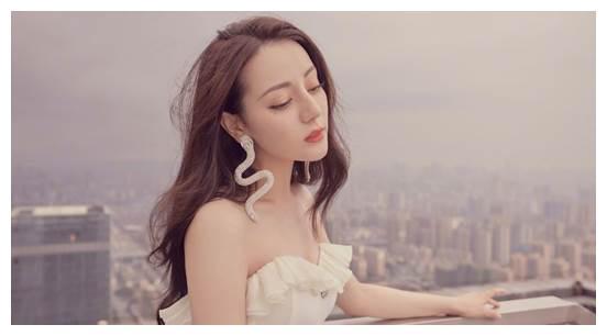 """迪丽热巴出手就是""""精品"""",蛇形耳饰搭配白色礼裙,高贵又纯净"""