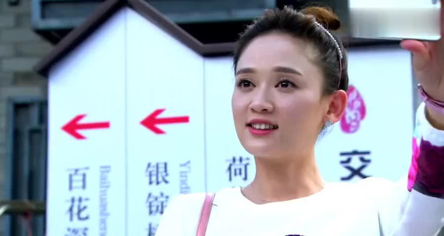 台湾美女找男友在胡同里迷路,不料随便找个路人一问,竟是大姑姐