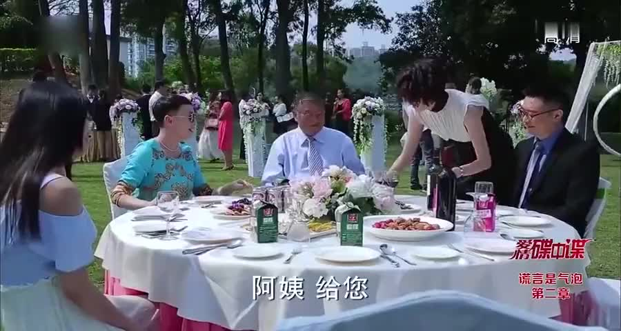 大妈打扮朴素来参加婚礼,被亲家瞧不起,结果大妈一出手亲家懵了