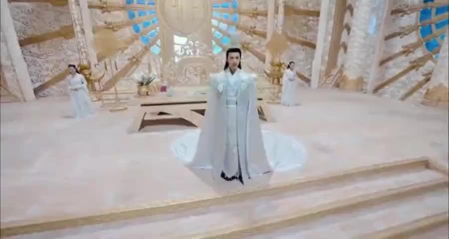 天帝长子杀了兄弟,害了亲父之后成功登上帝位,今日登基大典