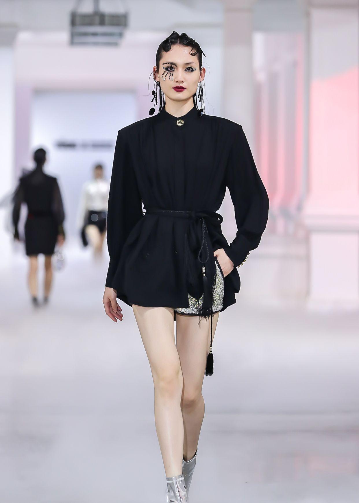 YOUG X 邢永:2020秋冬系列时装秀,大胆前卫凸显完美身形