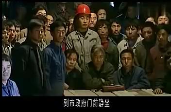 绝不放过你:老板拖欠工资不给,民工叫来警察,下秒精彩了!