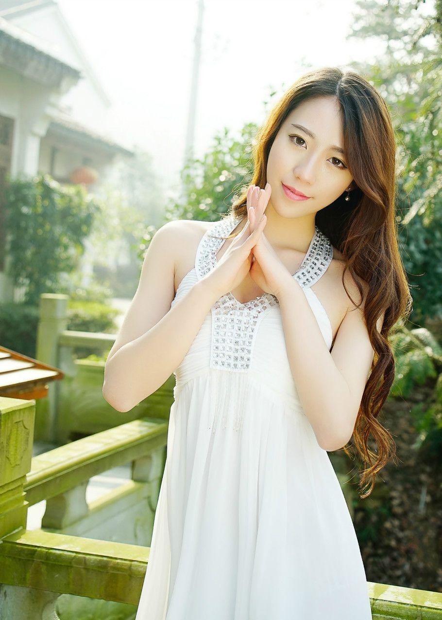 白色挂脖连衣裙,视觉拉长身高比例,让你尽显完美身形