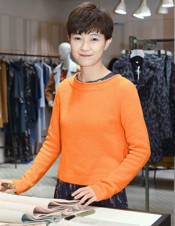 焦俊艳的气质真让人觉得舒服,穿橙色毛衣配印花裙,满满的高级感