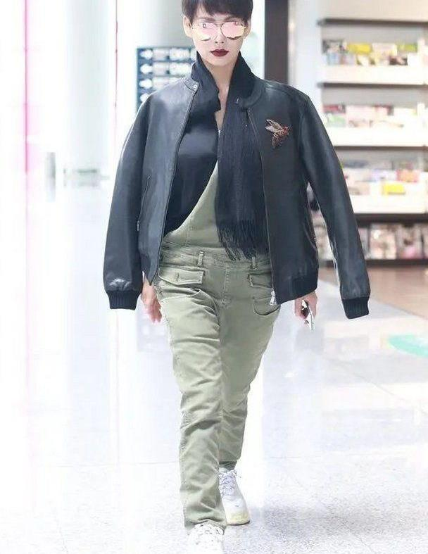 宁静真出风头!穿背带裤挎单肩高调走机场,土味时尚完全看不透