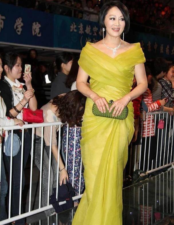王姬越老越有气质,波波头配黄色礼服优雅大气,57岁依然惊艳全