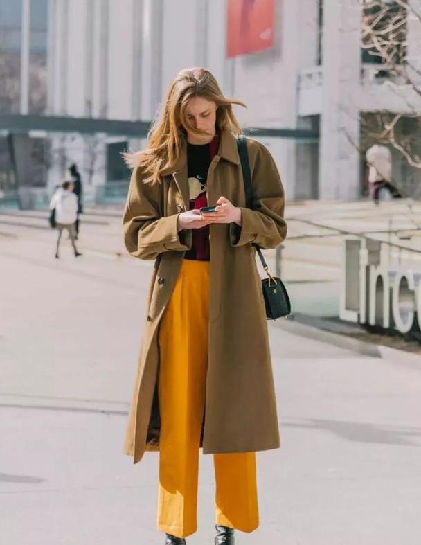 最近火了一种穿法:西装阔腿裤+大衣,时髦显气质,谁穿谁好看