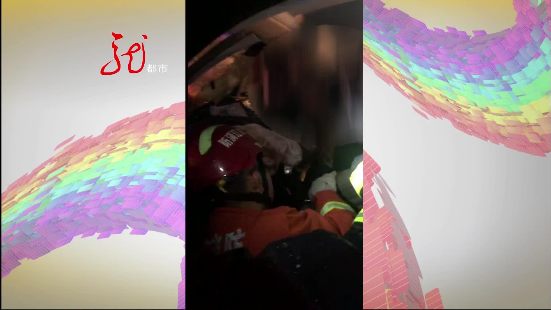 走错路逆行返回 结果撞到路边护栏 车内两人受伤