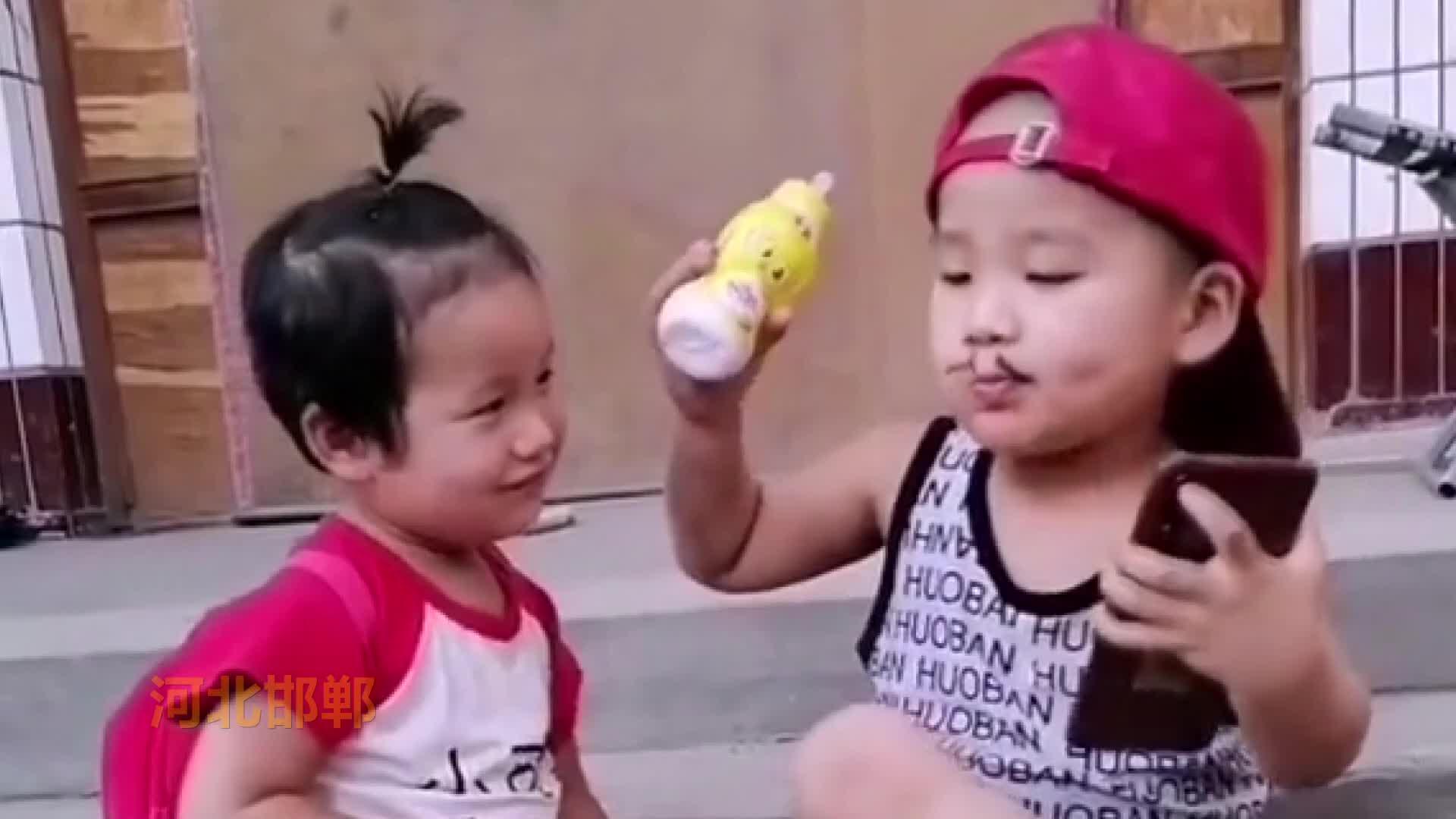 农村父母拍娃成长视频走红,俩孩子演戏赚打赏还挺有天赋
