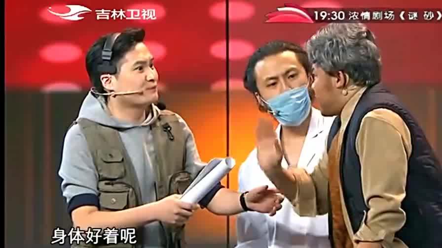 """小品:潘斌龙和崔志佳表演""""我们的那些年"""",台下观众笑并感动着"""