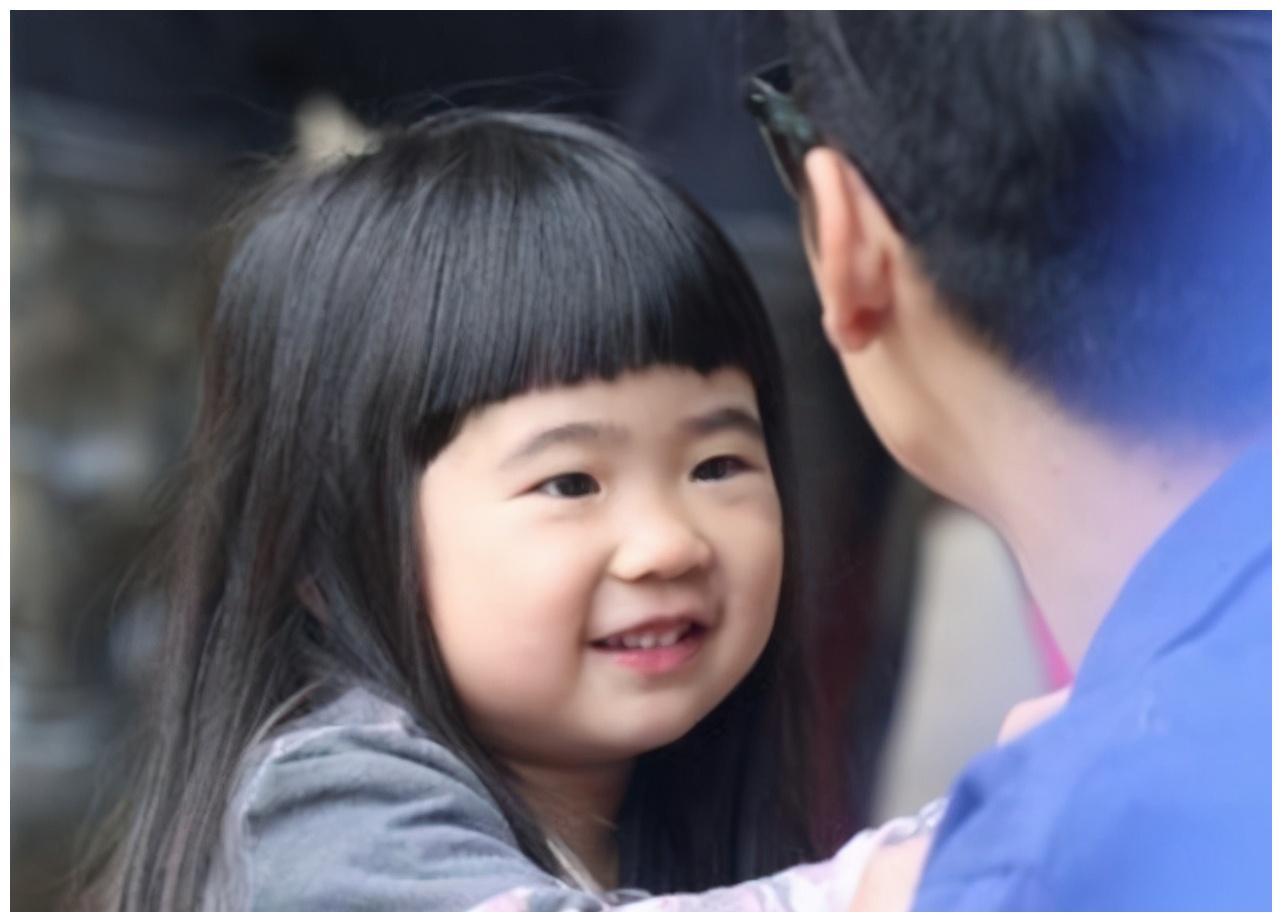 """10岁姐姐摘掉""""丑萌""""标签,长得越来越像吴速玲,美得不敢认"""