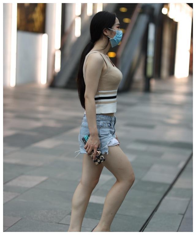微胖女生的牛仔短裤,展现独特魅力,一点不输苗条妹妹