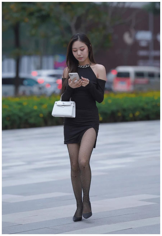 黑色挂脖款连衣裙,搭配同色尖头高跟鞋,打造出柔美可人的气质