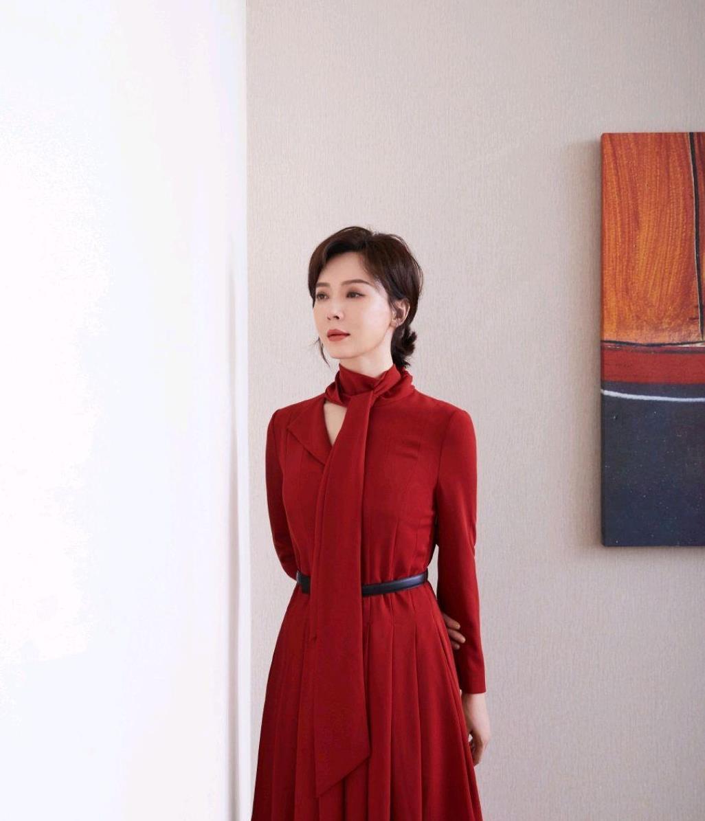 """陈数品味没得挑,红色连衣裙端庄稳重又有气场,真是""""时尚标杆"""""""