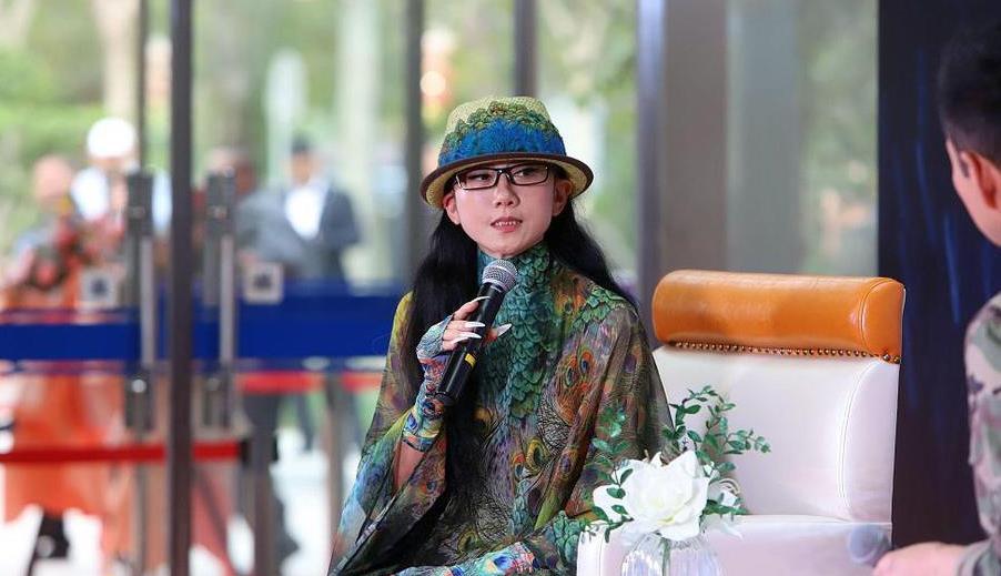 杨丽萍戴帽子遮额头皱纹,穿孔雀裙再仙气,还是个老年人!