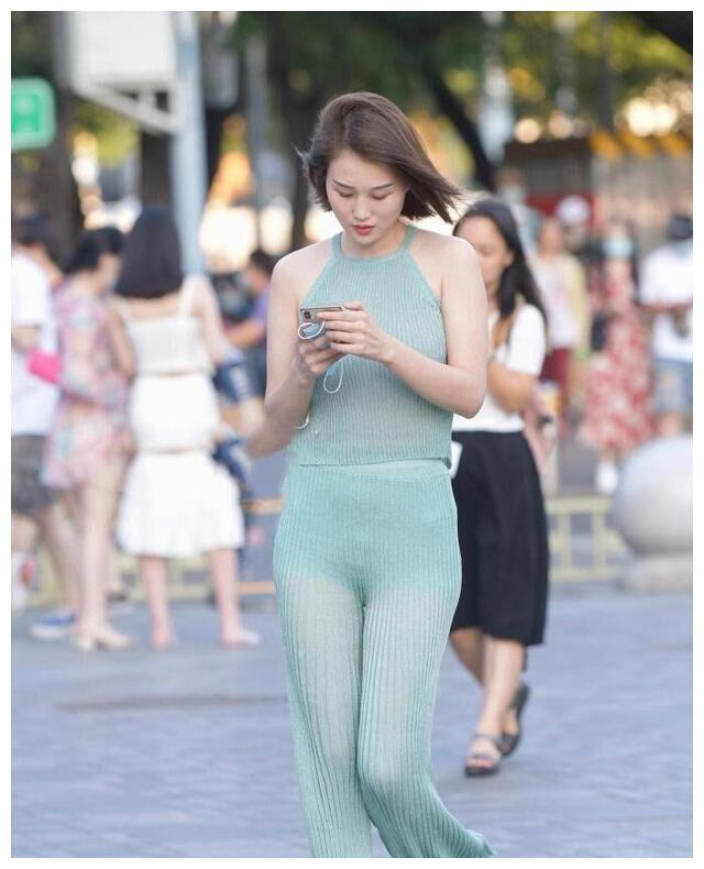 低腰款式的紧身裤,展现自己的杨柳细腰,彰显出美女的内在美