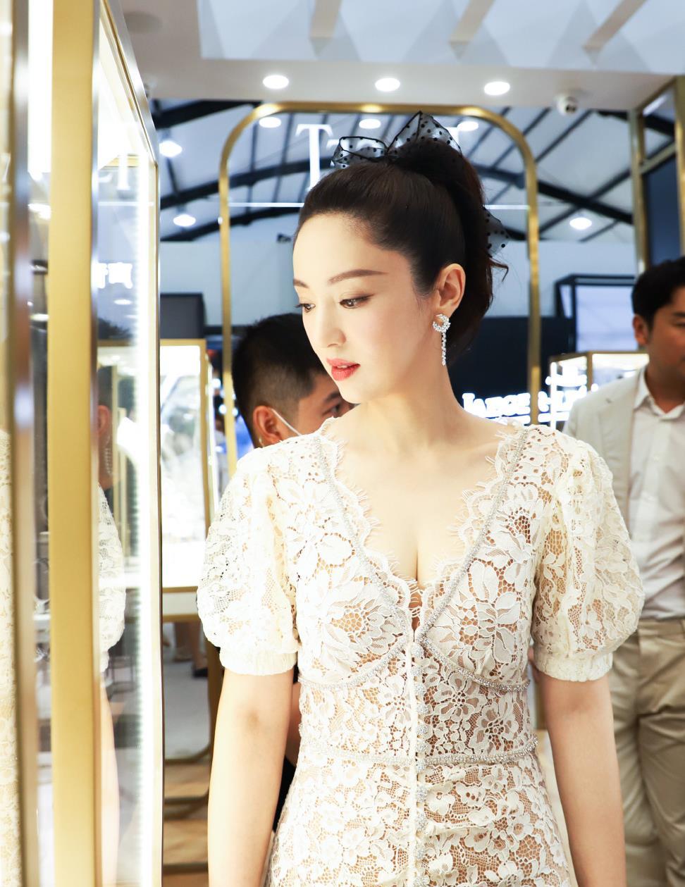 董璇恋爱后状态太好,穿蕾丝裙妩媚却不俗气,肌肤白嫩不像40岁