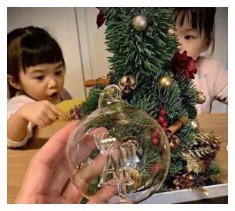 熊黛林老公陪女儿庆圣诞,双胞胎呆萌可爱,郭可颂感慨有女万事足