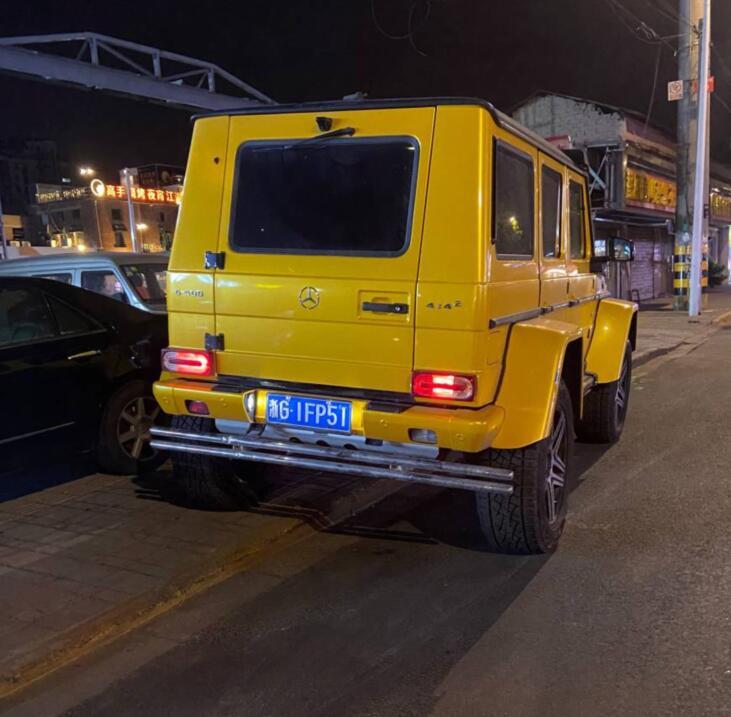 南通家纺城实拍奔驰G500 4x4版,车身高度秒杀周围所有车!