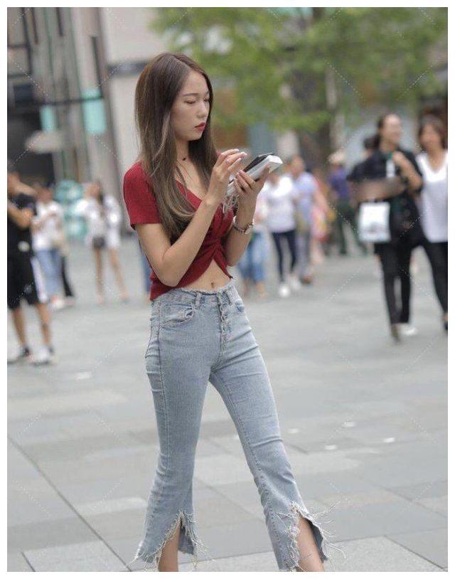 简约时尚的小姐姐,红色上衣搭配牛仔裤,气质更显迷人