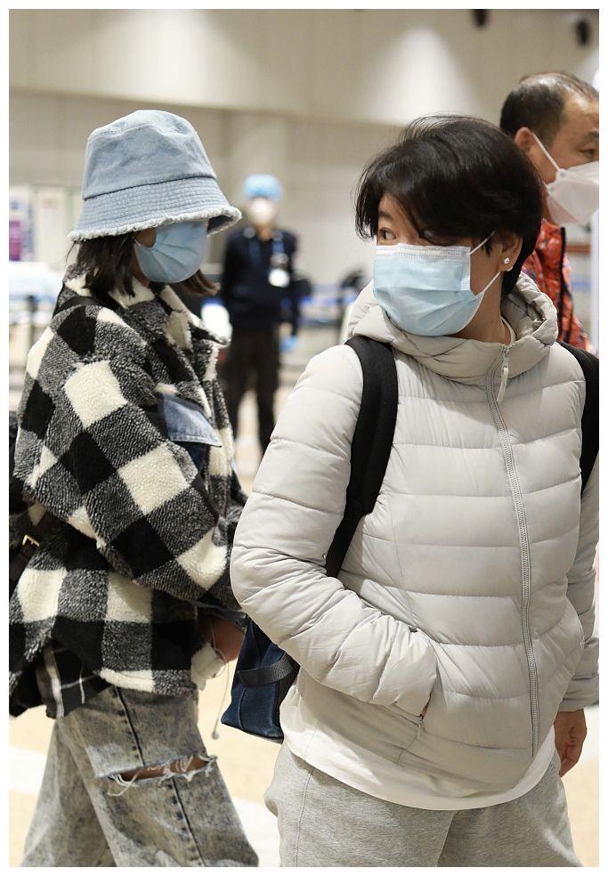 小沈阳妻子走机场,穿羽绒服配运动裤,在人群中非常普通不起眼!