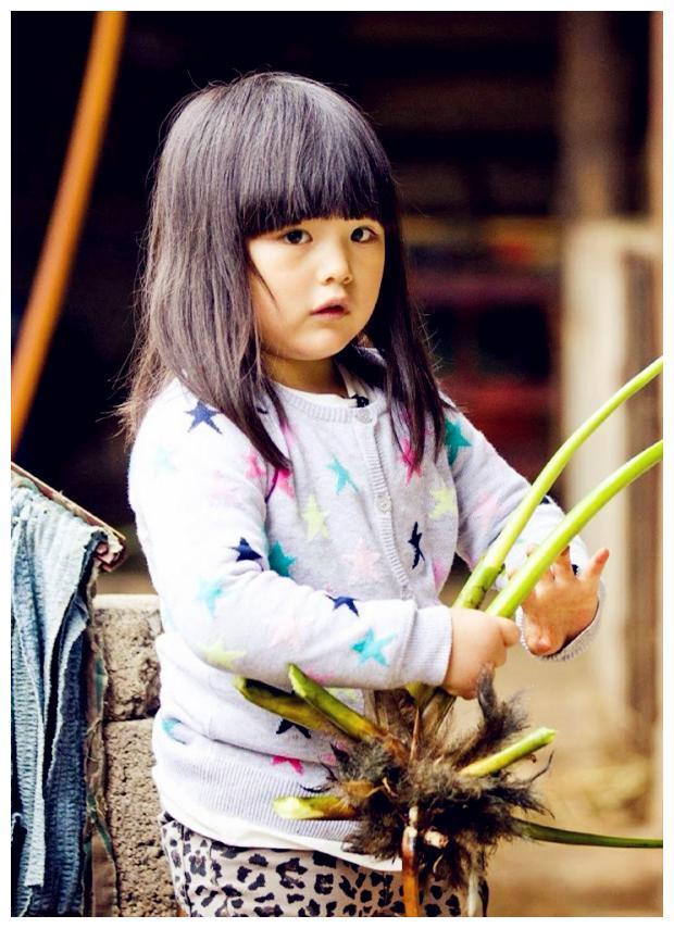 10岁王诗龄学炒菜有模有样,宅家瘦出尖下巴超像李湘年轻时