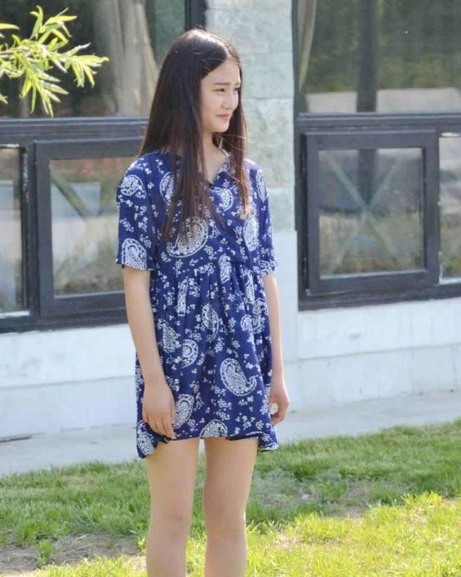 """时尚街拍:酒窝女神穿""""蓝麻袋""""街拍,完全靠颜值苦苦撑着"""
