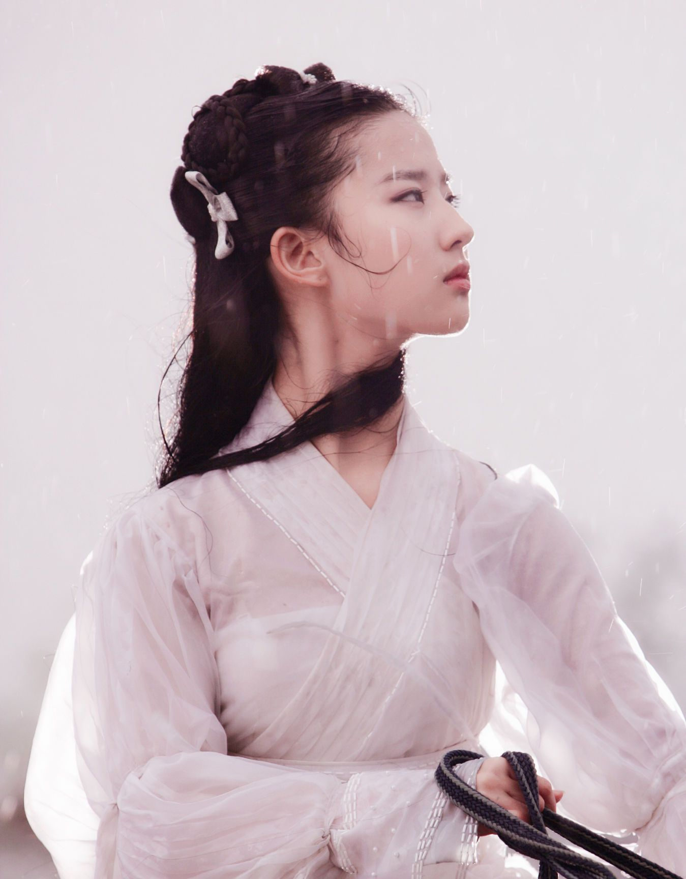 刘亦菲美貌、高挑的身材,鹅蛋型的脸庞,穿起古装来很有气质!