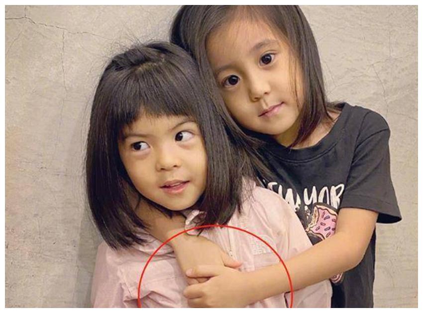 """有种""""姐姐""""叫咘咘,和妹妹波妞合照时,咘咘的手永远都护着妹妹"""