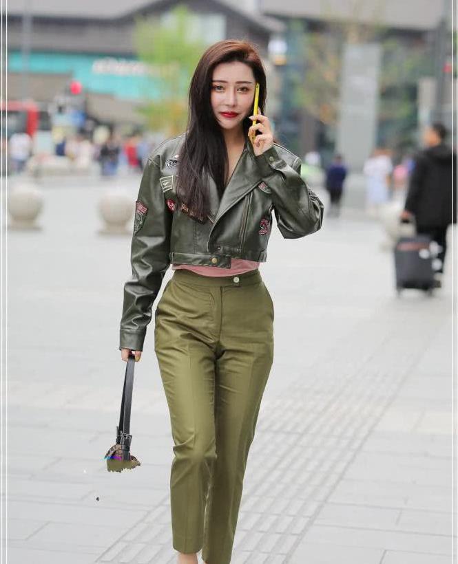 街拍路人:美女t这款军绿色个性套装,优雅中带着一丝神秘感