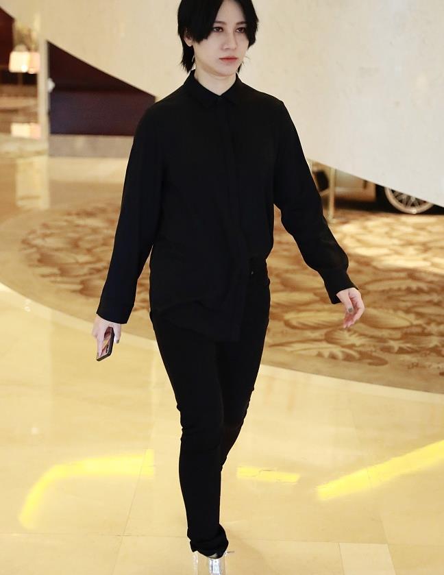 尚雯婕街拍:黑色衬衫+铅笔裤 银色粗跟靴霸气酷黑