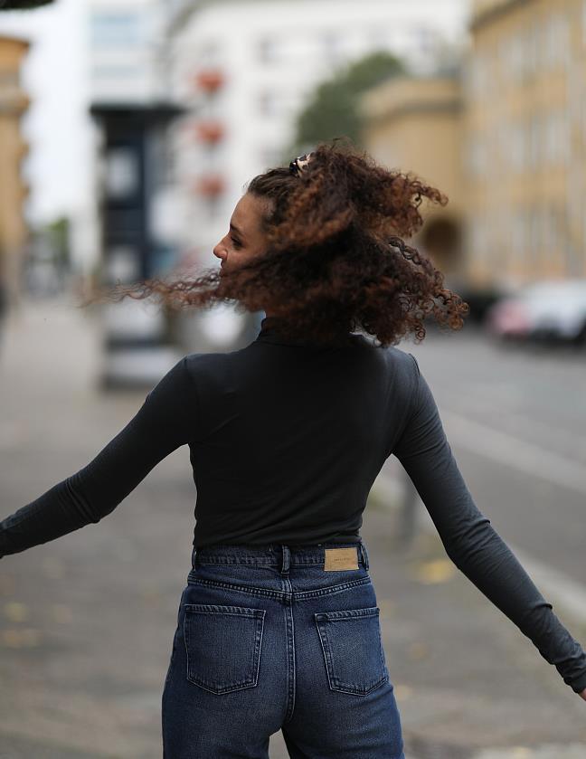 Betty Taube街拍:堆堆领打底衫搭配牛仔裤