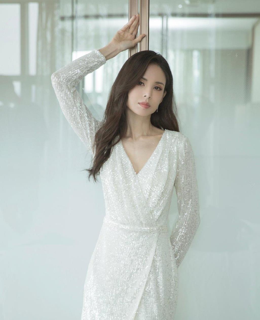 李若彤自曝年龄!54岁穿白色V领短裙露骨感身材,依旧是神仙气