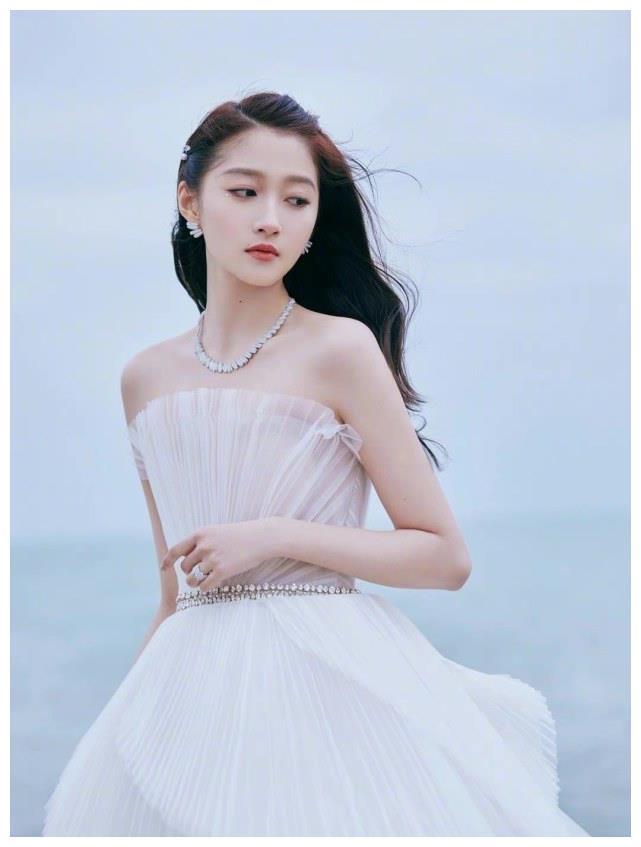 """关晓彤""""贝壳公主装""""好美!海边大片唯美浪漫,简洁纯净的时尚感"""