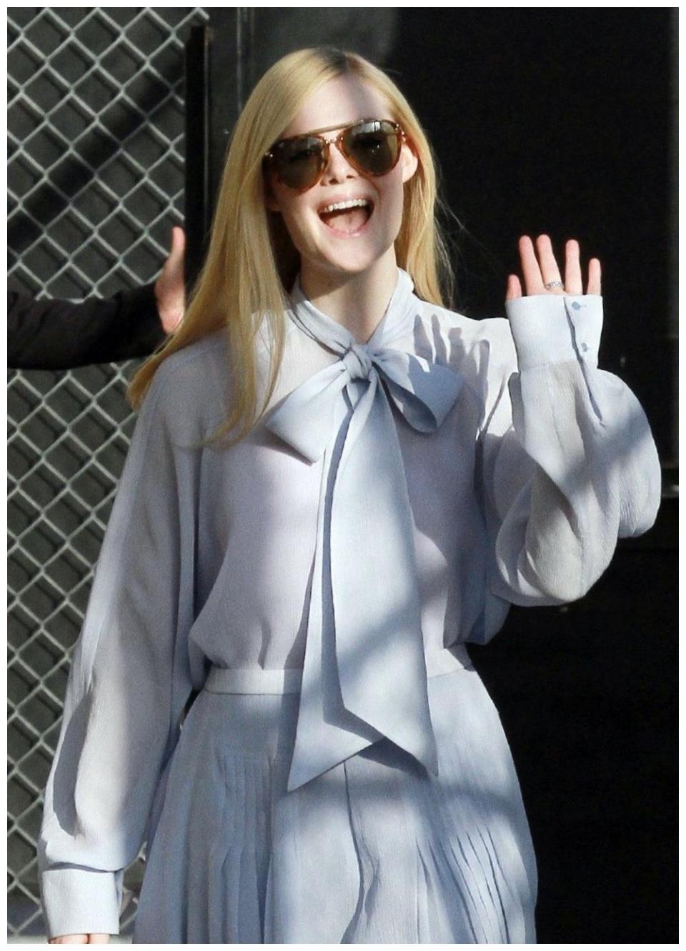 艾丽范宁现身街头,穿雪纺长裙配长靴,网友:不愧是21岁的少女